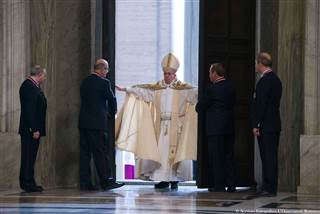151208-pope-opens-holy-door-yh-0754a_43fa41ac7bb23b3746253842164bf4c7.nbcnews-ux-320-320